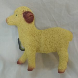 """בובת """"כבשה"""" מגומי רך משמיע קולות"""