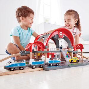 """סט מסילות רכבת ענק מעץ – תחנת רכבות -""""HAPE"""""""
